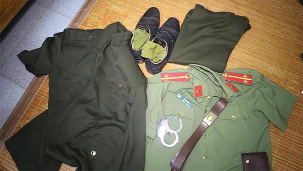 Quân phục, ve hàm, còng số 8… Lý đã mua để giả làm công an