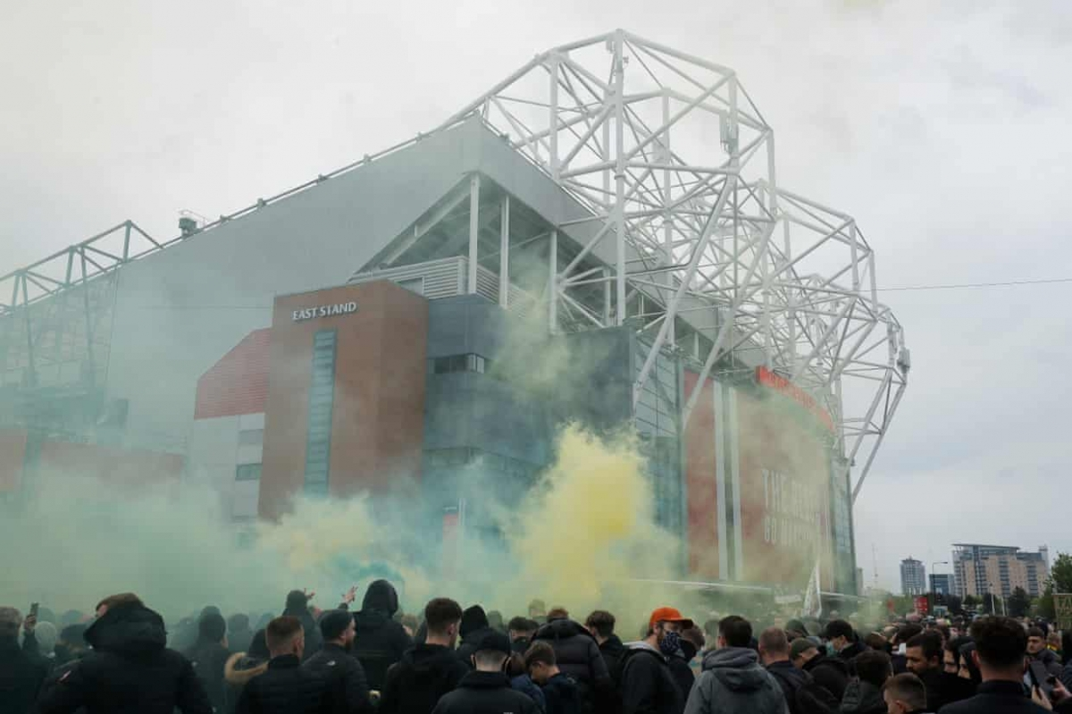 Hôm 2/5, các CĐV biểu tình không chỉ làm loạn ở sân Old Trafford mà còn vây kín khách sạn nơi toàn đội MU đóng quân khiến trận đấu với Liverpool bị hoãn.
