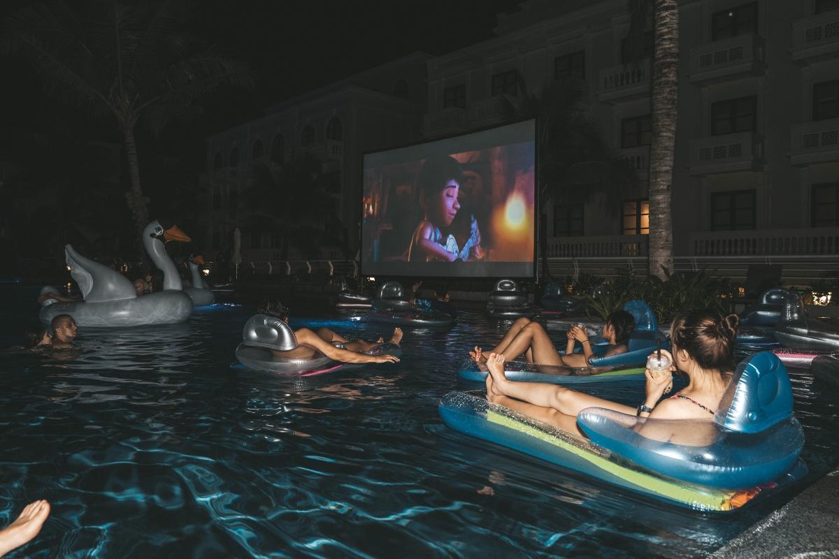"""…đến tối nằm dài hưởng gió biển và thưởng thức một bộ phim bom tấn. Đây là """"rạp chiếu phim nổi trên bể bơi"""" theo đúng nghĩa đen đầu tiên ở Phú Quốc với máy chiếu và hệ thống âm thanh hiện đại, màn chiếu 300 inch đã mắt."""