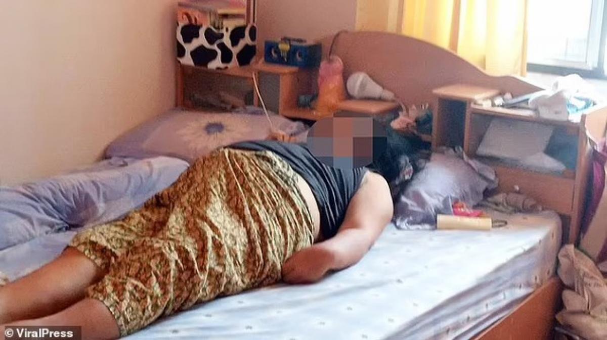 Bà Yooyen Saenprasert tử vong trên giường ngủ vì bị điện giật do sử dụng smartphone trong lúc đang cắm sạc.