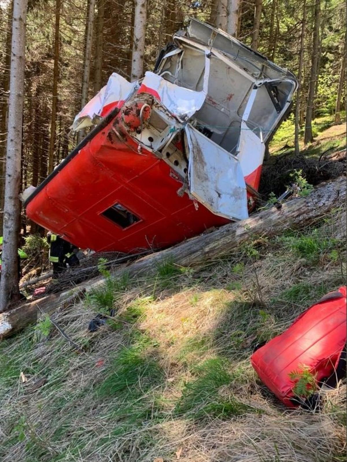 Chiếc cabin gặp nạn vào hôm 23/5. Sau khi rơi và lăn, cabin bị móp méo. Ảnh: Mirror.