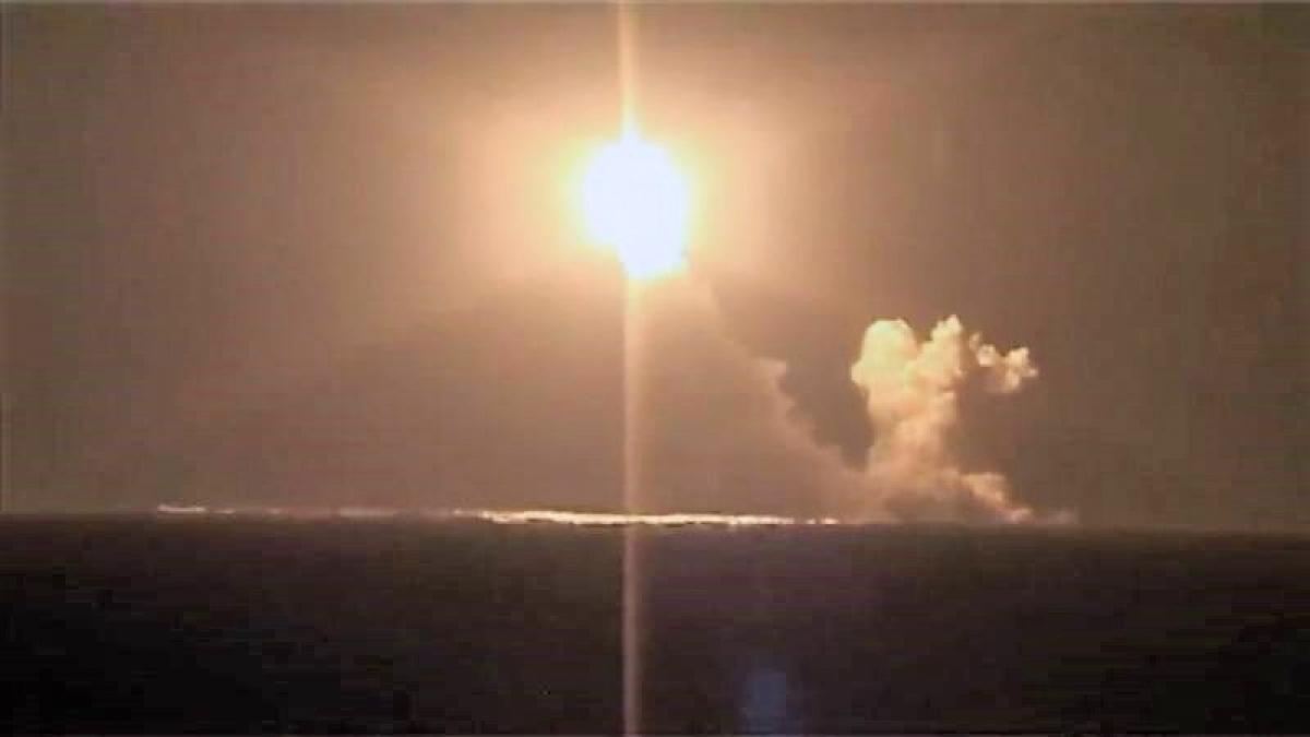 Hình ảnh phóng tên lửa Bulava từ tàu ngầm Hoàng tử Vladimir; Nguồn: topwar.ru