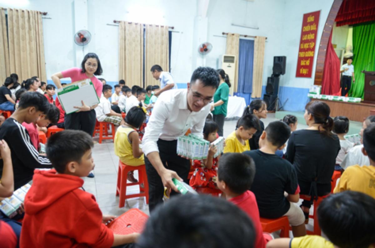 Các em nhỏ nhận sữa từ chương trình Quỹ sữa Vươn cao Việt Nam trong năm 2020.
