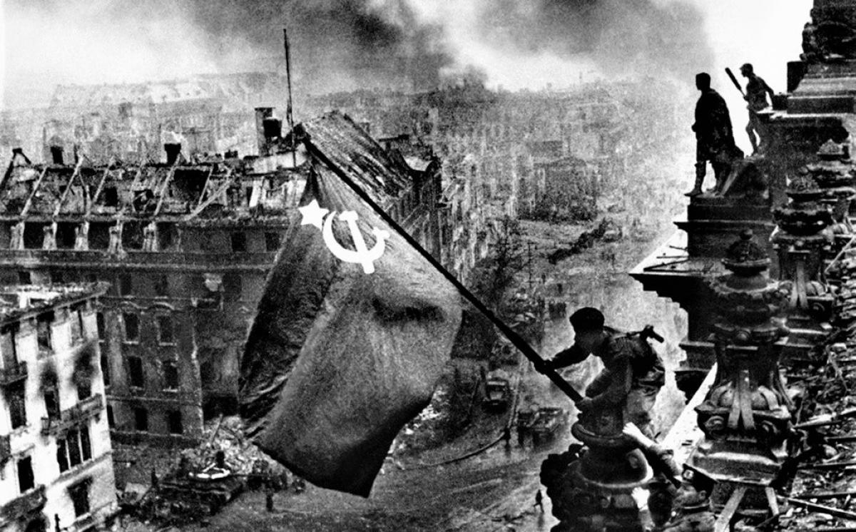Cờ Chiến thắng tung bay trên tòa nhà Reichstag của Đế chế Đức ở Berlin.