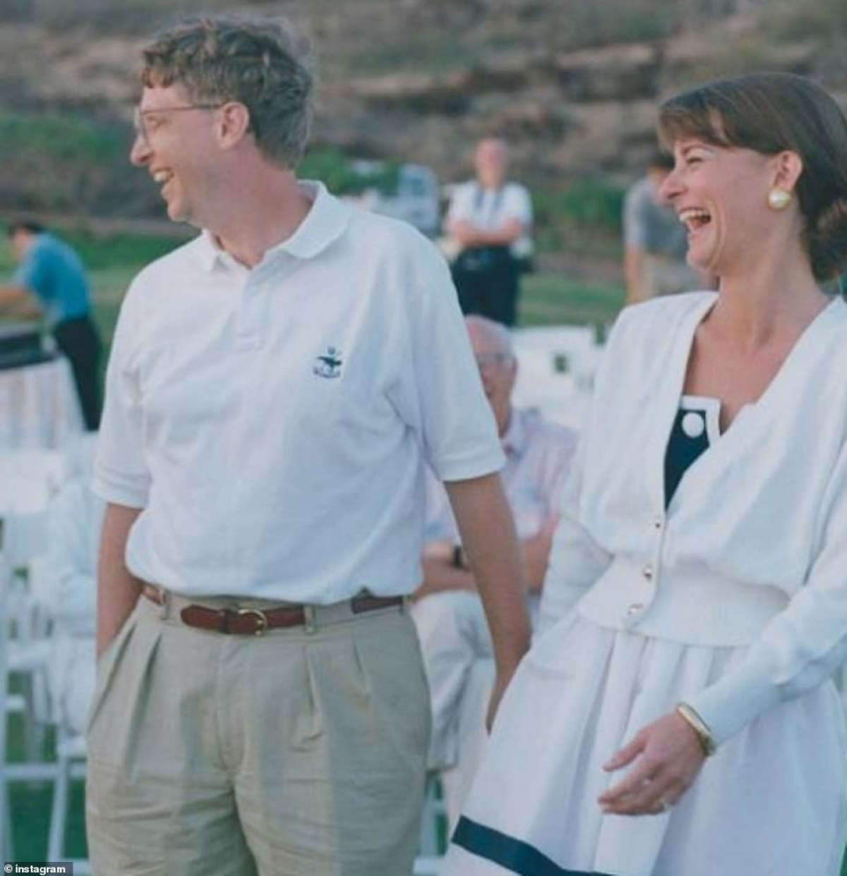 Bill Gates, 65 tuổi và vợ, 56 tuổi, gặp nhau tại công ty Microsoft do chính ông thành lập. Lúc đó, Bill Gates đang là giám đốc điều hành của công ty.Bà Melinda bắt đầu làm ở Microsoft với vị trí giám đốc sản phẩm.