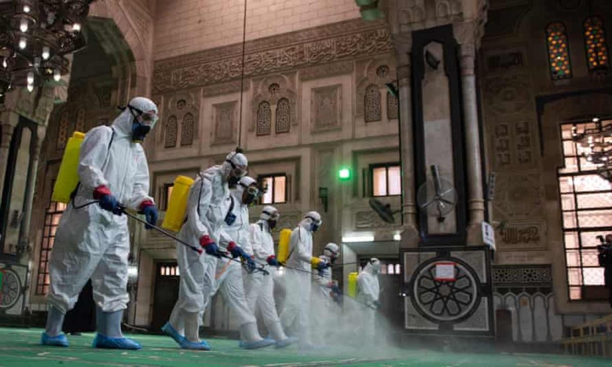 Nhân viên y tế khử trùng Nhà thờ Hồi giáo al-Fateh ở Cairo (Ai Cập). Ảnh: EPA