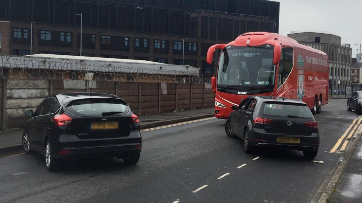 Một nhóm CĐV quá khich đã chặn đường chiếc bus màu đỏ nổi tiếng của Liverpool...