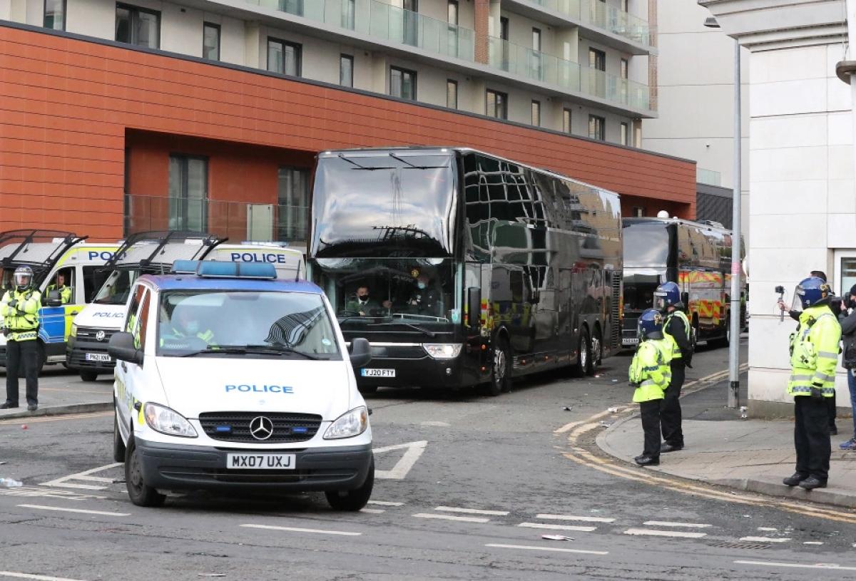 Xe bus chở các thành viên MU rời khách sạn Lowry về trung tâm huấn luyện Carrington.