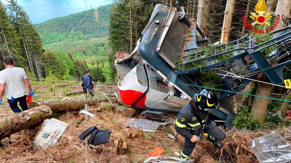 Lực lượng cứu hộ có mặt tại hiện trường. Góc chụp này cho thấy cabin cáp treo gặp nạn đã bị biến dạng nặng nề như thế nào sau khi rơi và va chạm với mặt đất, cây cối… Ảnh: Cứu hỏa Italy.
