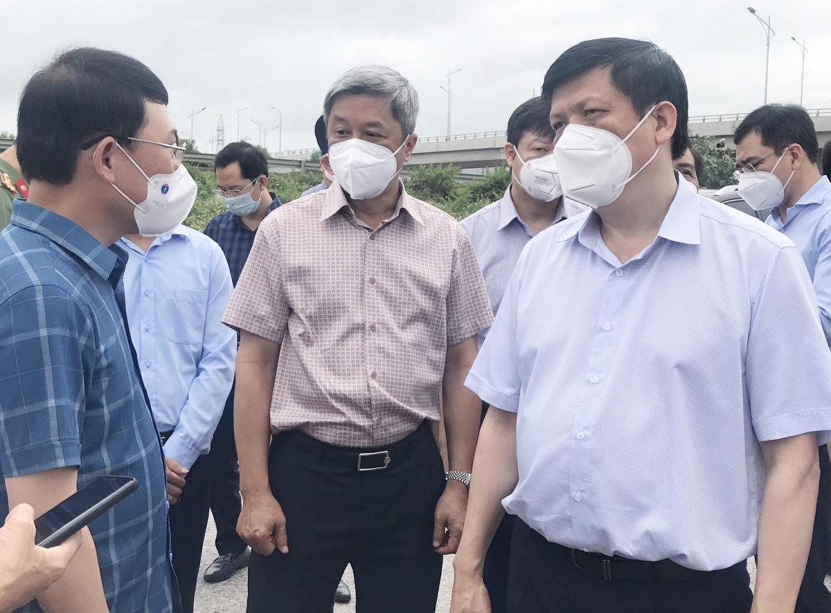 Bộ trưởng Nguyễn Thanh Long, Thứ trưởng Nguyễn Trường Sơn cùng trao đổi với Chủ tịch UBND tỉnh Bắc Giang khi đi kiểm tra công tác phòng, chống dịch tại khu công nghiệp Quang Châu.