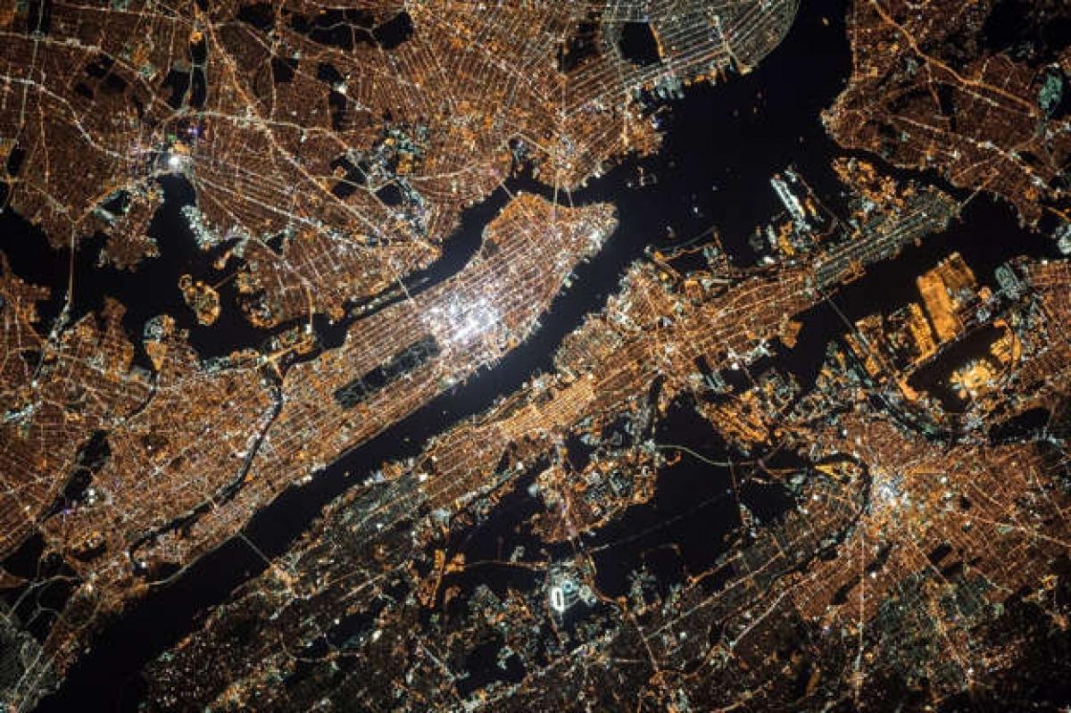 Cảnh tượng thành phố New York về đêm với những vùng ánh sáng rực rỡ.