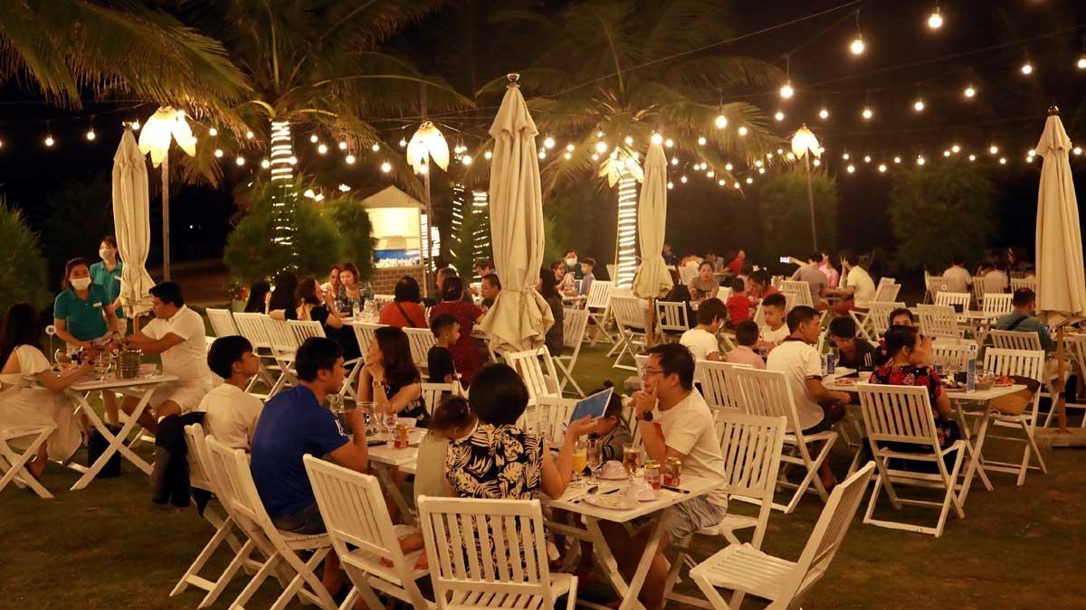 Aqua Chill Bar Sầm Sơn mở cửa hàng ngày cho tới đêm. Du khách đến đây có nhiều lựa chọn với đủ loại nước hoa quả tươi mát cho đến những ly cocktail đầy màu sắc, hoặc thưởng thức thực đơn hải sản tươi sống được chế biến tại chỗ, và thư thái ngắm mặt trời lặn trong không gian biển trời lộng gió, khoáng đạt.