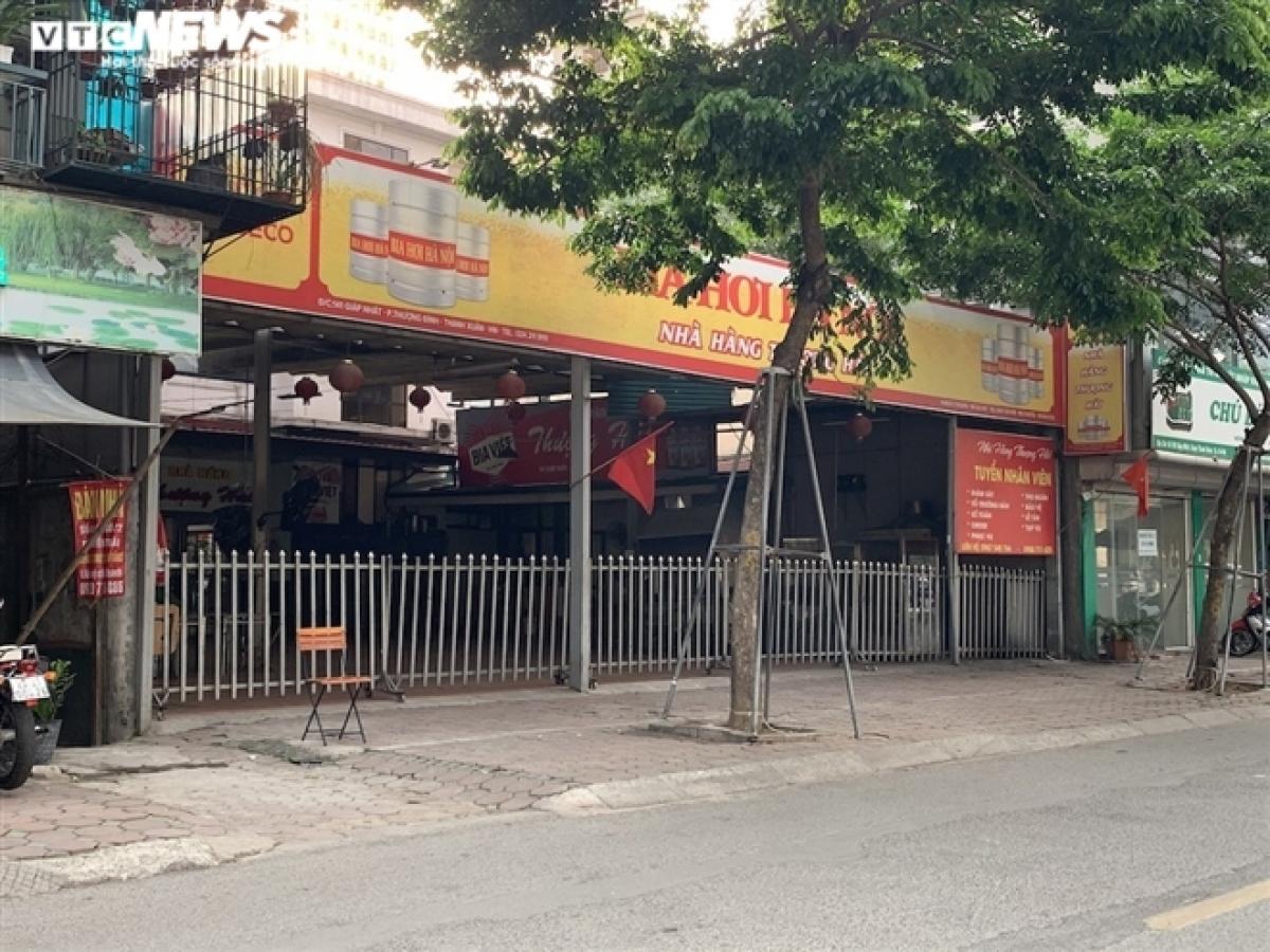 Một quán bia khác nằm trên con phố Giáp Nhất, bên bờ sông Tô Lịch cũng đóng cửa im lìm.