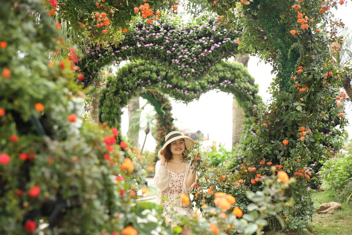 """""""Cung bậc tình yêu"""" với 6 cổng hoa hình trái tim được kết chủ yếu từ hoa hồng tiểu muội, hồng cam và cúc hoạ mi, calimero… Những vòm hoa hồng rực rỡ tạo nên một không gian lãng mạn, nên thơ ngay cạnh biển trời thơ mộng và kỳ ảo của Hạ Long."""