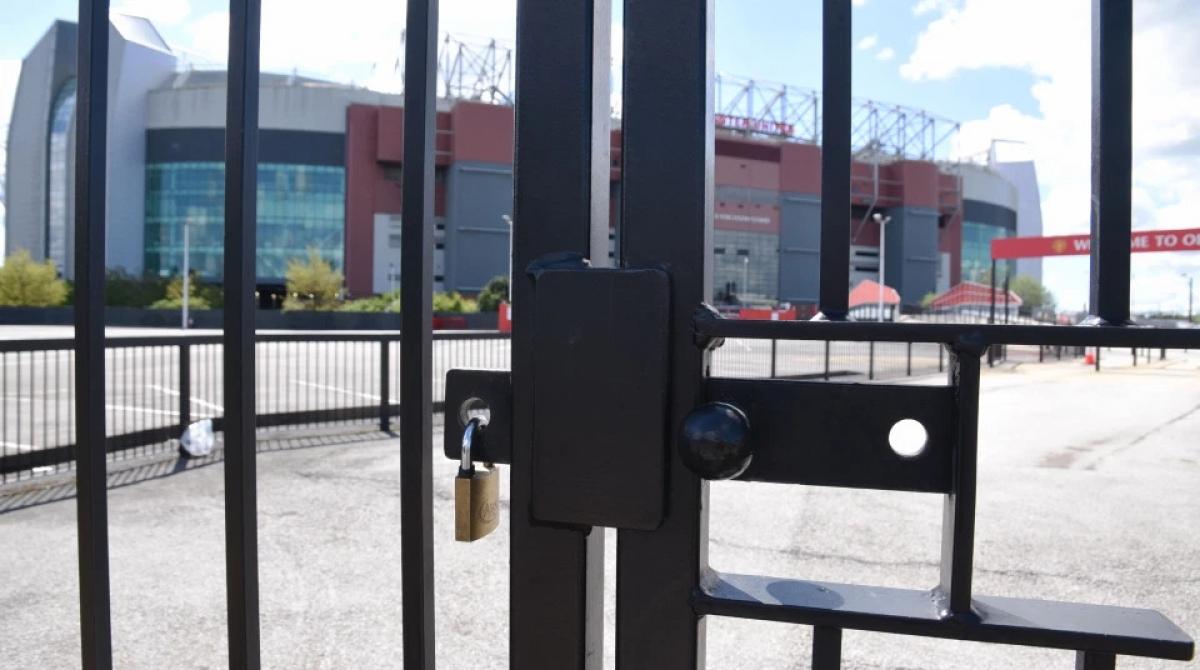 Sân Old Trafford cửa đóng then cài để ngăn chặn chính các CĐV MU.