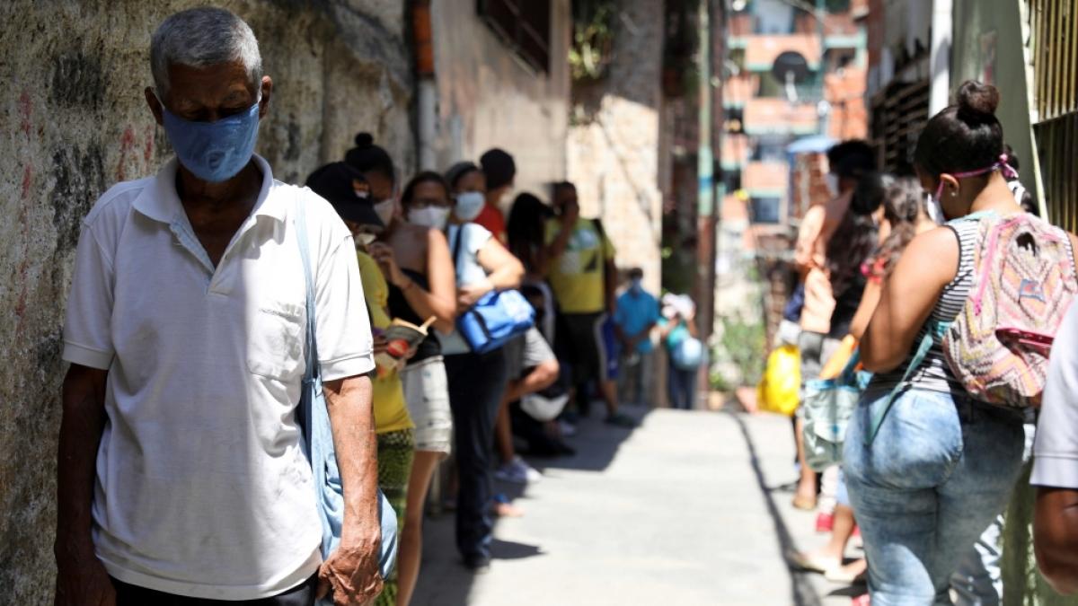 Người dân xếp hàng nhận thực phẩm cứu trợ ở Caracas, Venezuela. Ảnh: Reuters