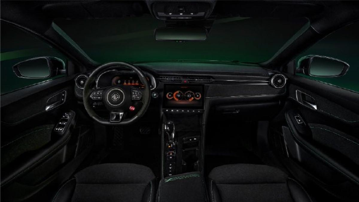 Bên trong nội thất vẫn mang đậm phong cách thể thao với dây an toàn màu xanh lá và ghế thể thao được nâng cấp với logo XPower thêu trên tựa lưng.