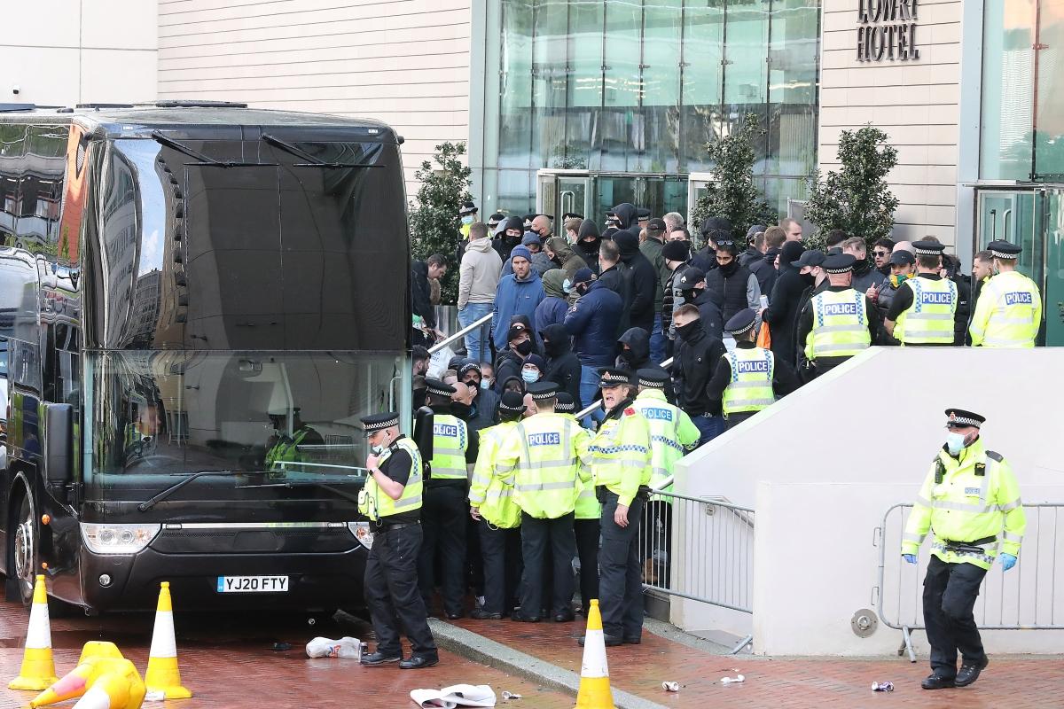 Trước đó, CĐV biểu tình đã vây kín lối ra vào khách sạn Lowry khiến các cầu thủ MU không thể rời khỏi nơi đóng quân để tới sân Old Trafford.