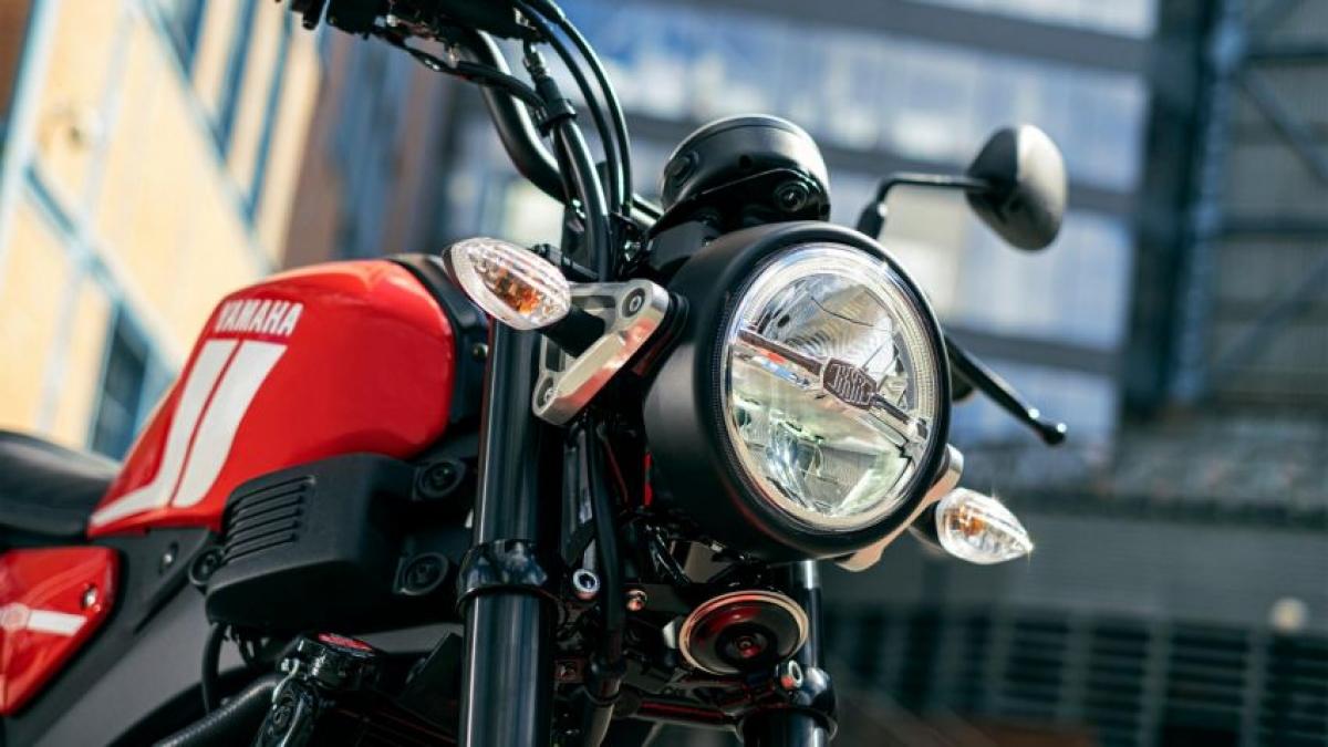 Về thiết kế, chiếc XSR125 đi theo hướng mà chiếc Yamaha XSR900 theo đuổi với đèn pha tròn phong cách truyền thống nhưng sử dụng công nghệ LED.