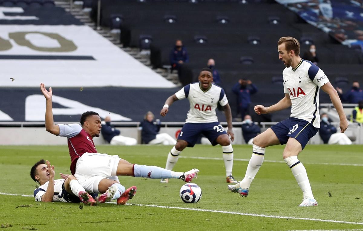 Trên sân, Harry Kane và các đồng đội thi đấu không tốt trước Aston Villa.