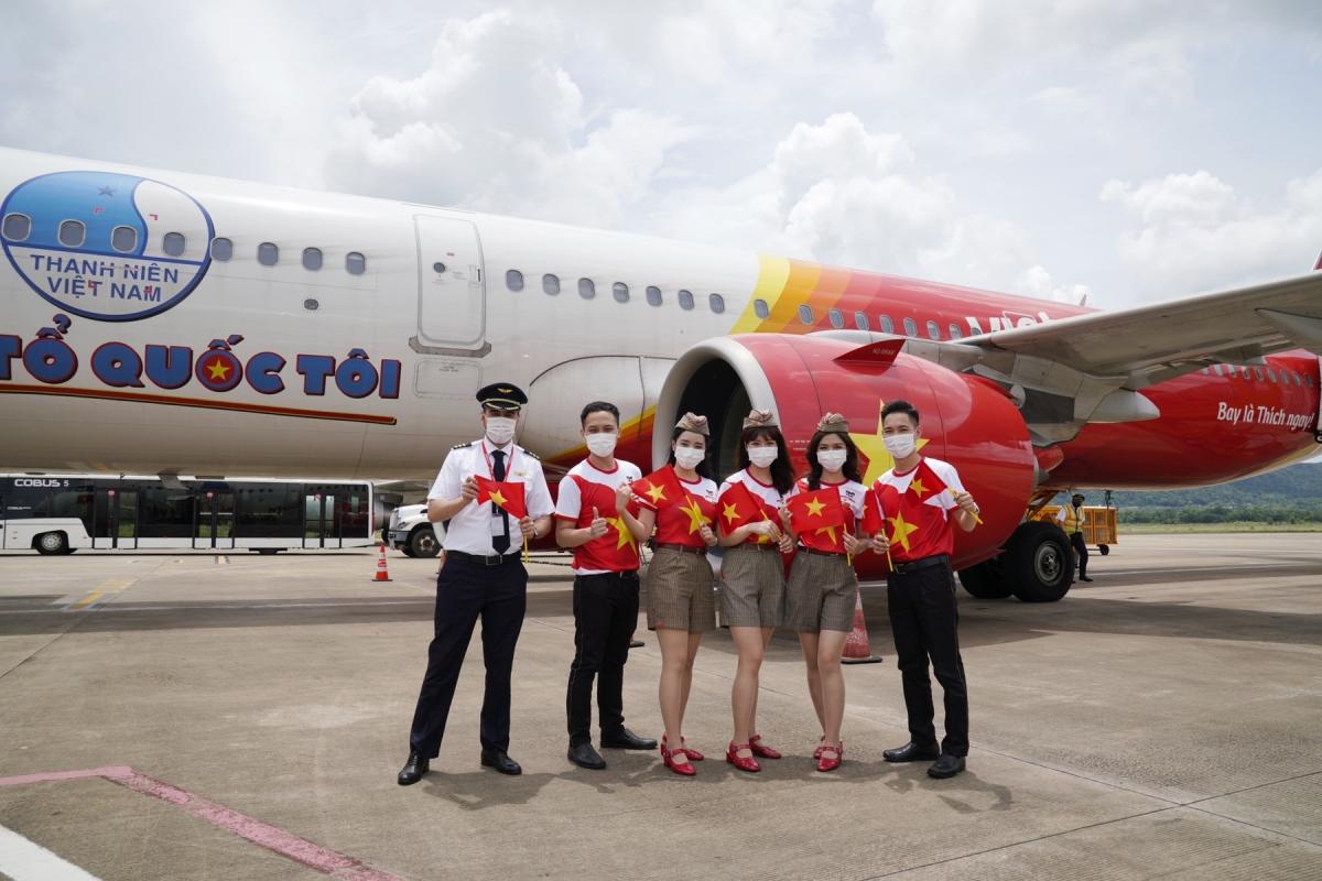 Trên hành trình chinh phục bầu trời, hiện thực hóa ước mơ bay cho hàng triệu khách hàng, tàu bay Vietjet mang biểu tượng cờ đỏ sao vàng, biểu tượng Tôi yêu Tổ quốc tôi đã lan tỏa tình yêu quê hương đất nước.
