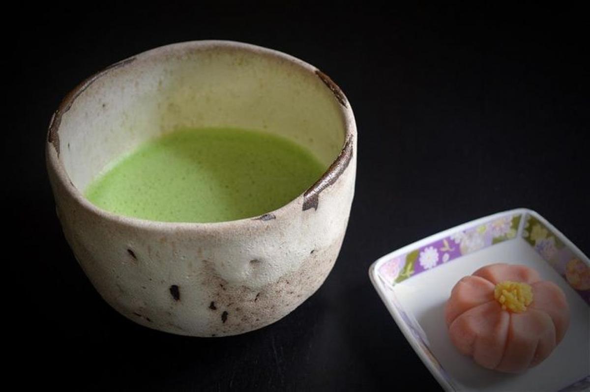 """""""Chawan"""" là tên một loại cốc truyền thống chuyên dùng để uống trà ở """"xứ sở mặt trời mọc"""" Nhật Bản. Đặc điểm của những chiếc cốc """"chawan"""" là chúng khiến người sử dụng có cảm giác thoải mái khi uống, cầm, nắm và có thể giữ nhiệt độ trong thời gian dài. là một loại bát truyền thống để pha và uống trà. Chawan có nhiều hình dáng, kích thước, chất liệu khác nhau và được chế tác khá tinh xảo."""