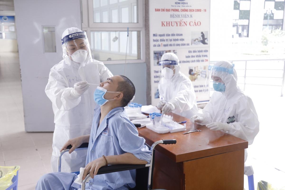 Nhân viên y tế lấy mẫu xét nghiệm cho bệnh nhân ung thư tại Bệnh viện K.