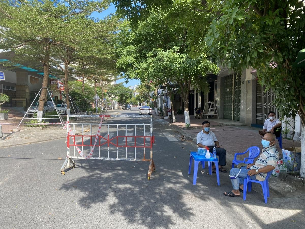 Tổ giám sát cộng đồng tổ dân phố 12, phường An Hải Bắc, quận Sơn Trà, Đà Nẵng giám sát khu phong tỏa đường An Nhơn 7.