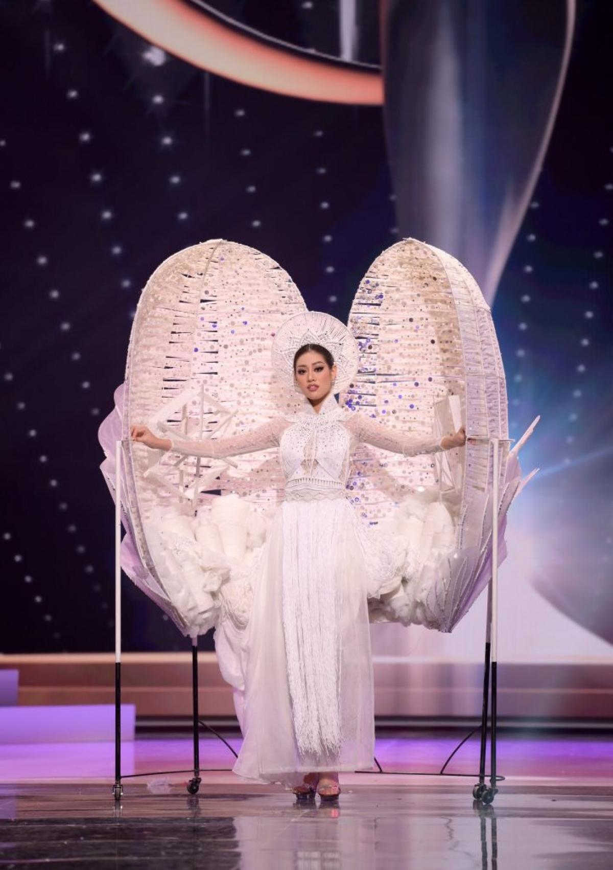 Khánh Vân hoàn thành tốt phần thi trang phục dân tộc.