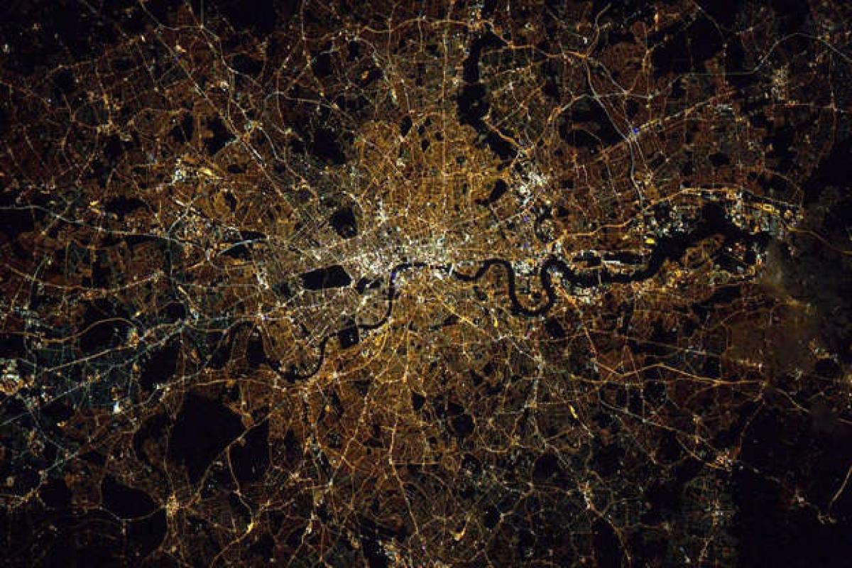 """Bức ảnh London về đêm được phi hành gia Kjell Lindgren của NASA ghi lại và đăng tải trên Twitter với nội dung: """"London. Tuyệt đẹp vào ban ngày và thậm chí còn đẹp hơn vào ban đêm""""."""