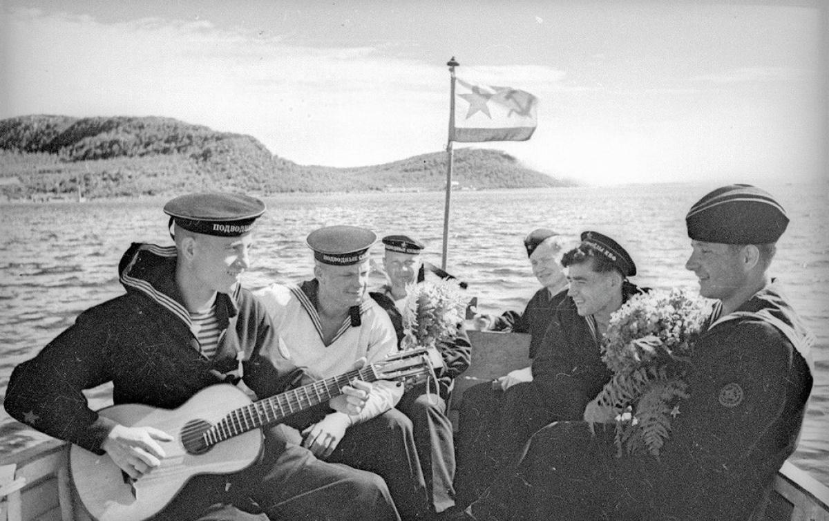 Những chiến sĩ của Hạm đội Baltic đàn, hát cho nhau nghe.