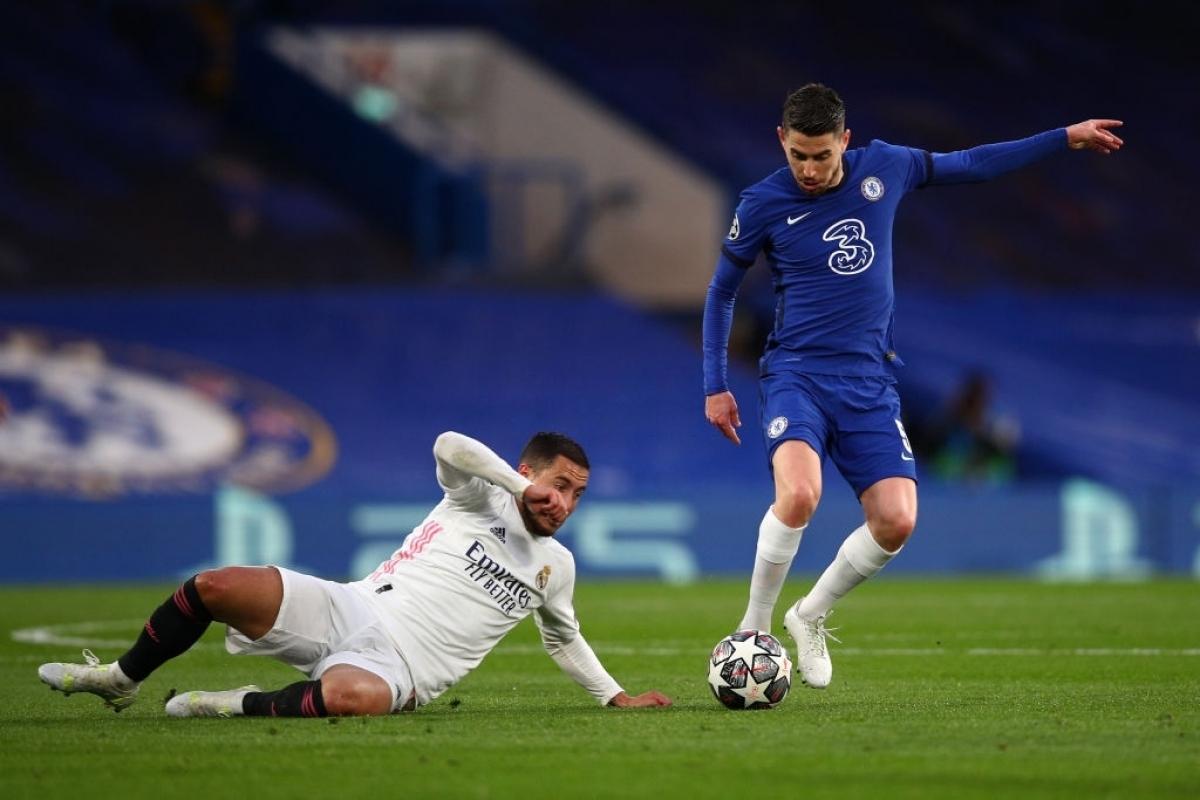 Chelsea liên tục phạm lỗi từ xa (Ảnh: Getty).