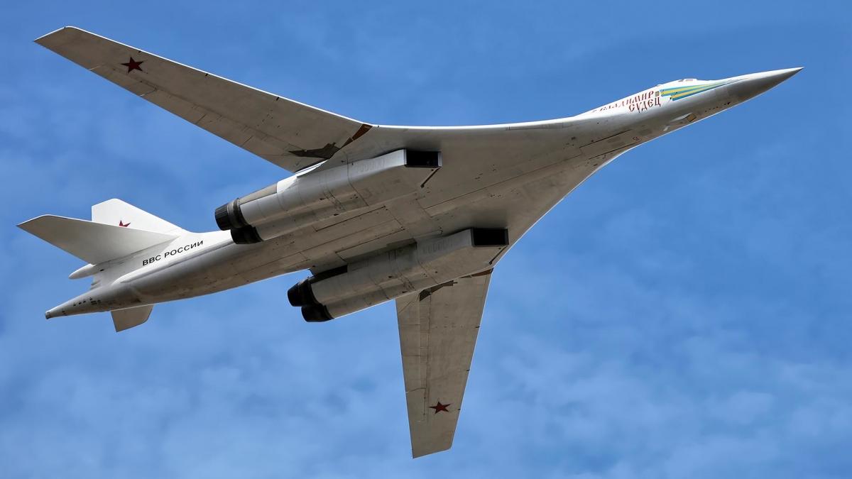 Một phần không thể thiếu của sự kiện năm nay là lễ duyệt binh trên không với sự tham gia của hàng loại máy bay và trực thăng quân sự. Trong ảnh: máy bay ném bom mang tên lửa chiến lược Tu-160.