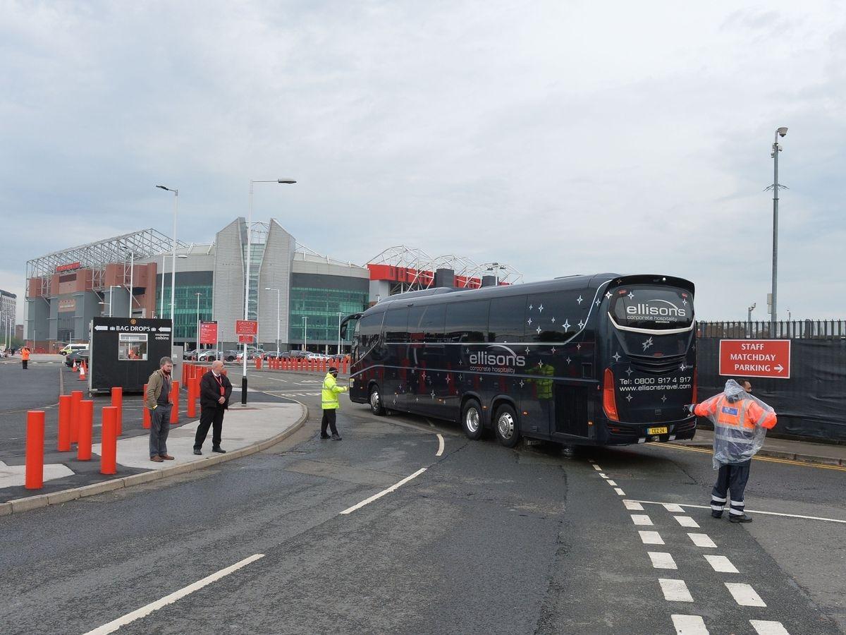 """Tuy nhiên, chiếc xe bus màu đỏ chỉ là """"nghi binh"""" còn thầy trò HLV Jurgen Klopp di chuyển tới sân Old Trafford trên một chiếc xe bus khác."""