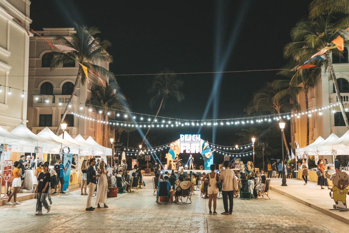 """Phía xung quanh bể bơi còn có các nhà hàng và khách sạn nhộn nhịp đón du khách đến thưởng thức các hoạt động tại lễ hội Marina Beach Fest. Lễ hội này được Tập đoàn BIM Group tổ chức định kỳ - dự kiến 5 lần trong năm 2021. Sự kiện đầu tiên vừa diễn ra vào dịp 30/4 – 2/5, 4 sự kiện tiếp theo sẽ được tổ chức trong tháng 6, tháng 7, tháng 11 và 12. Đặc biệt, mỗi chương trình có một chủ đề riêng, không """"đụng hàng""""."""