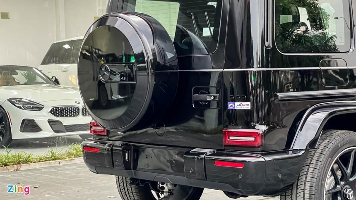 """Màu sơn đen bóng phủ lên cả những chi tiết như logo Mercedes-Benz ở mặt ca-lăng và chụp lốp dự phòng, logo tên xe """"G 63"""" hay đường gân ốp kim loại chạy ngang tay nắm cửa."""