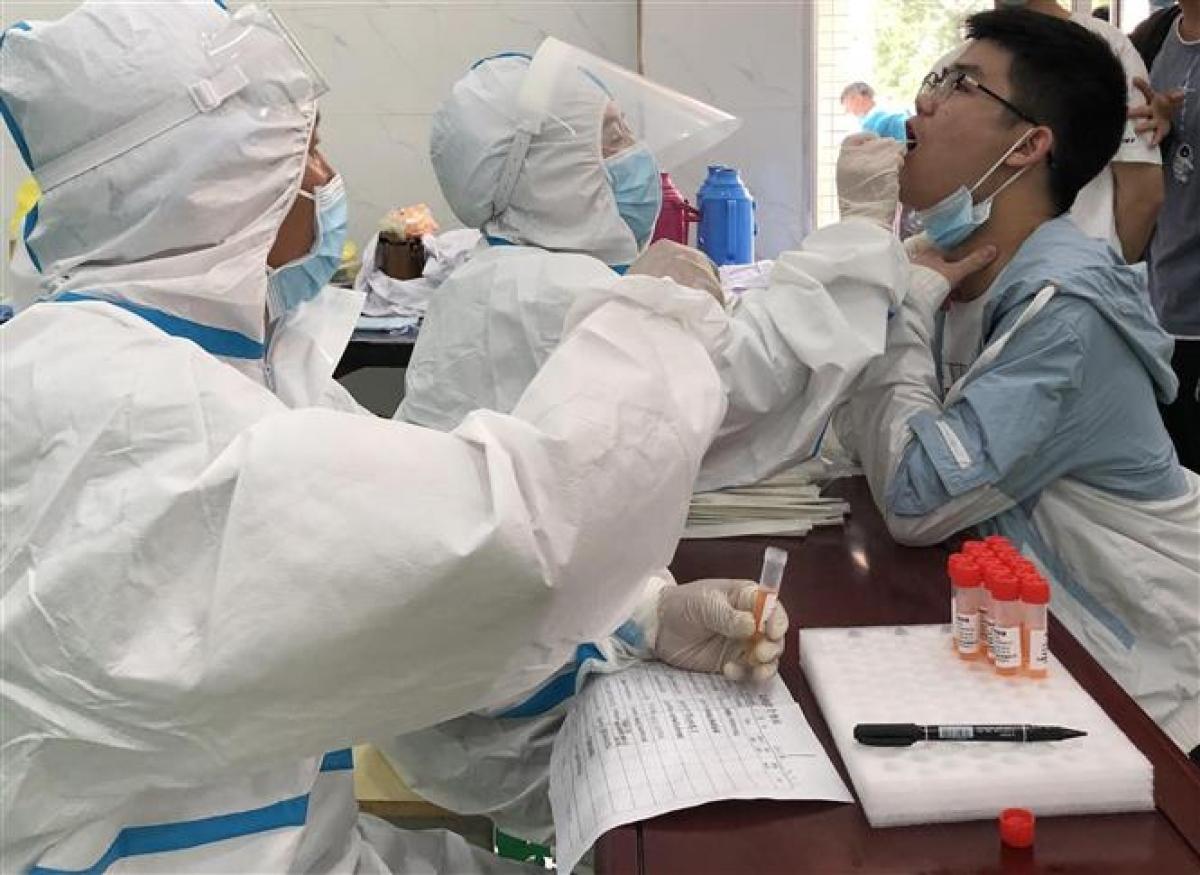 Nhân viên y tế lấy mẫu xét nghiệm COVID-19 tại tỉnh An Huy, Trung Quốc, ngày 14/5/2021. Ảnh: THX/TTXVN