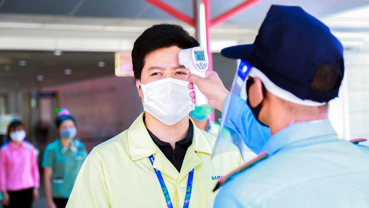 Lực lượng bảo vệ kiểm tra thân nhiệt của nhân viên tại các cổng ra vào,