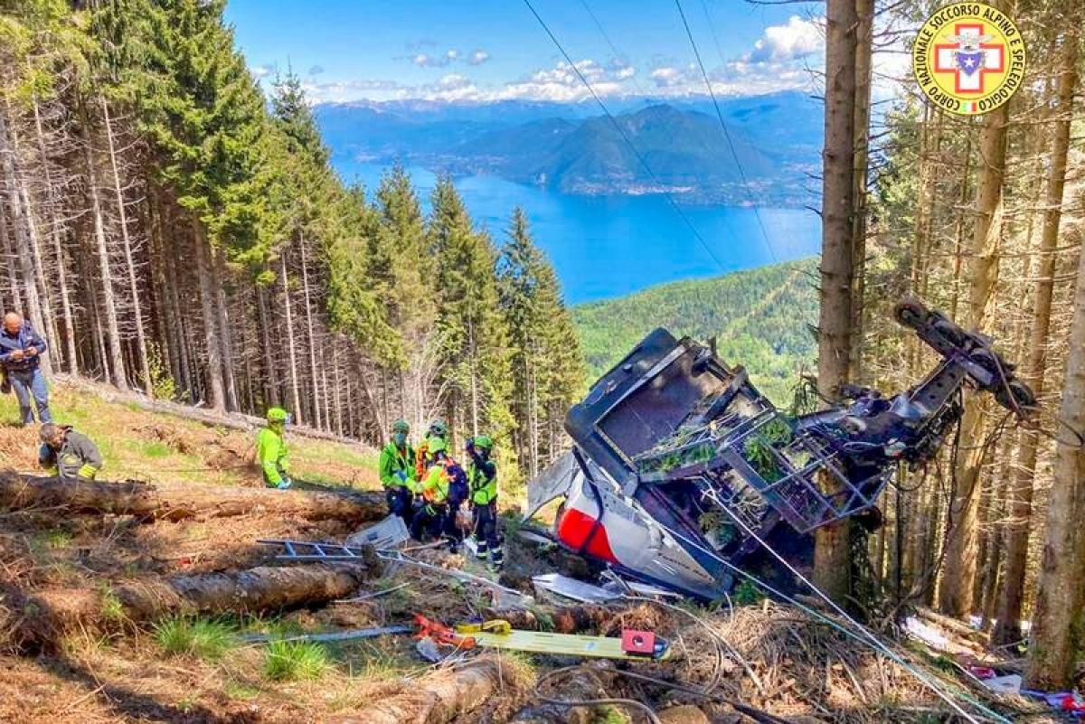 Hiện trường cabin cáp treo rơi ở khu du lịch của Italy hôm 23/5. Ảnh: Speleologico.
