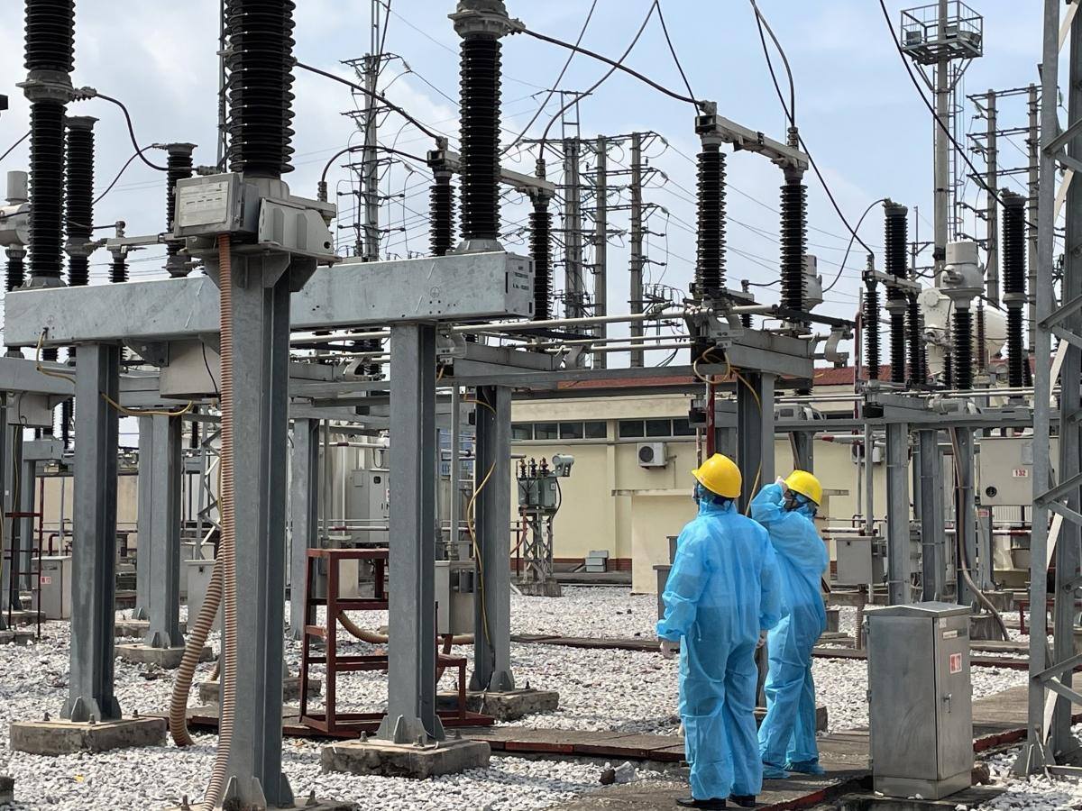 Ông Vũ Anh Phương – Phó Tổng giám đốc Tổng công ty Điện lực miền Bắc (EVNNPC) đi kiểm tra công tác cung cấp điện ở Bắc Giang.