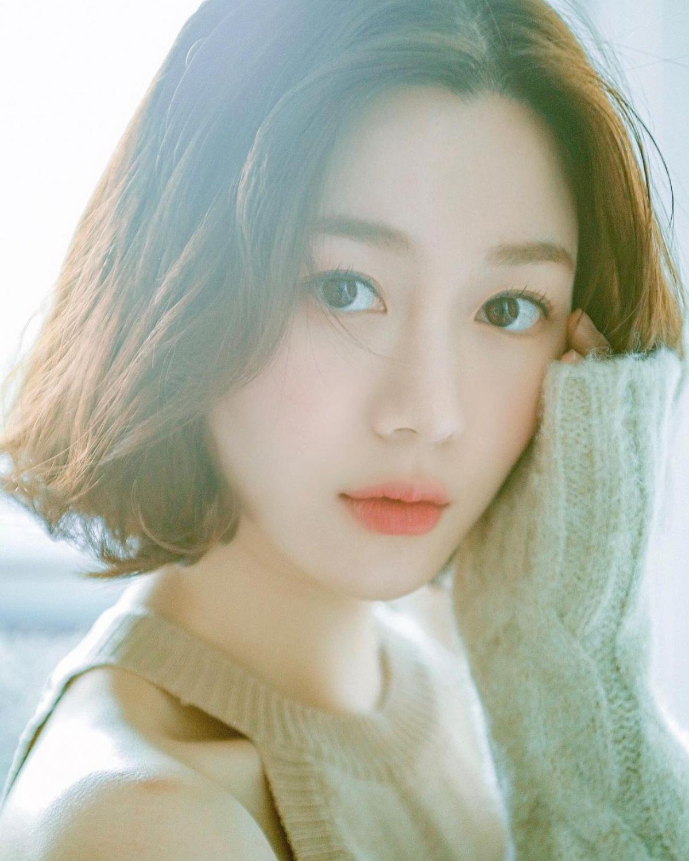 """Lee Da In là mối tình thứ 2 mà Lee Seung Gi công khai với công chúng. Trước đó, """"chàng rể quốc dân"""" từng hẹn hò với thành viên nhóm SNSD là YoonA. """