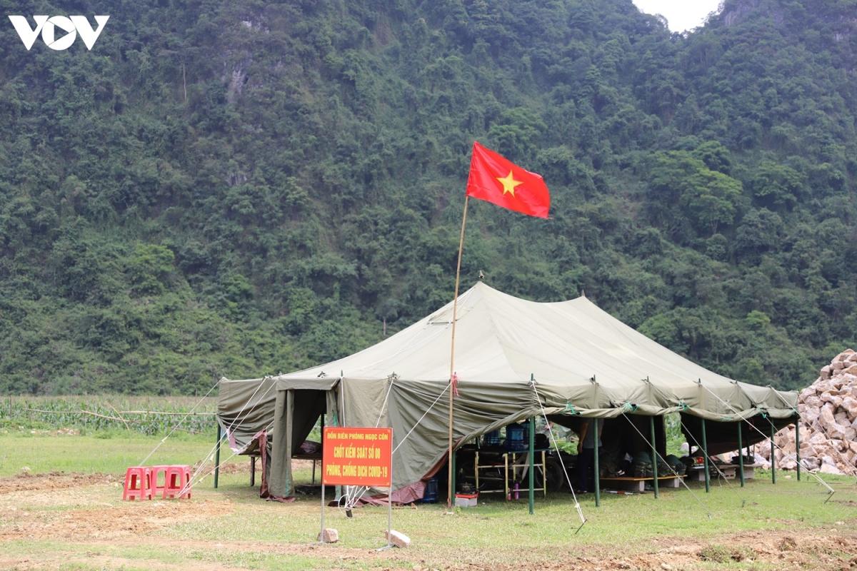 Địa hình trải dài, lực lượng biên phòng Trùng Khánh đã phải chia lực lượng để bao quát quản lý địa bàn. Những lán trại cơ động không có điện, nước, dù nóng bức hay lạnh giá cán bộ chiến sĩ vẫn ngày đêm trực chiến
