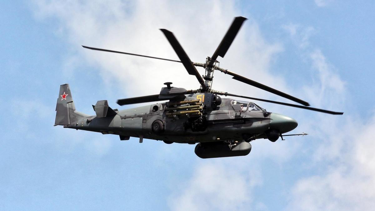 Các tiêm kích Su-35S, các trực thăng vận tải hạng nặng Mi-8, trực thăng tấn công Mi-35, Ka-52 (trong ảnh), cùng phi đội biểu diễn Mi-28 cũng tham gia lễ duyệt binh năm nay.