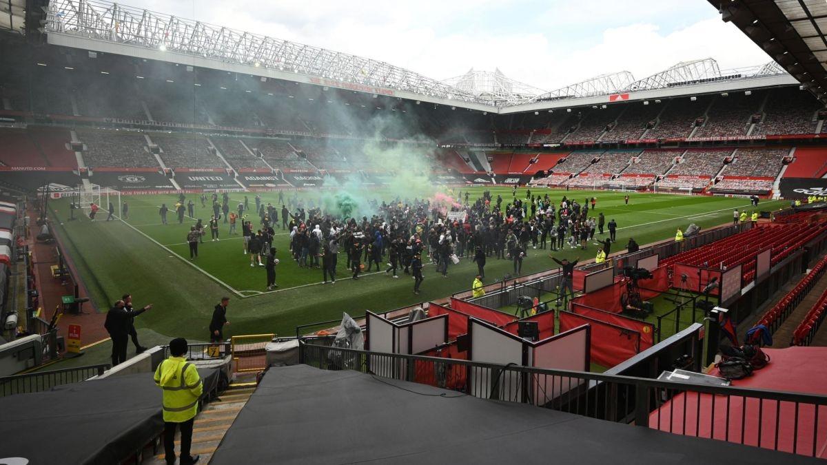 CĐV làm loạn sân Old Trafford khiến trận MU - Liverpool không thể diễn ra đúng kế hoạch hôm 2/5.