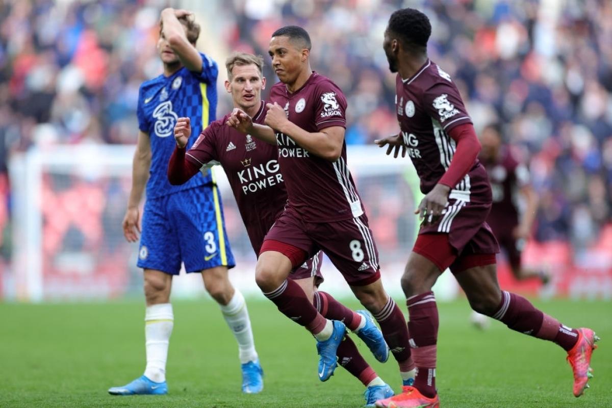 Phút 63, Leicester City cướp được bóng ở khu vực trung tuyến, Youri Tielemans đẩy bóng tìm khoảng trống rồi tung cú dứt điểm từ xa, bóng găm thẳng vào góc cao khung thành Kepa, khiến thủ môn người Tây Ban Nha không thể cản phá.
