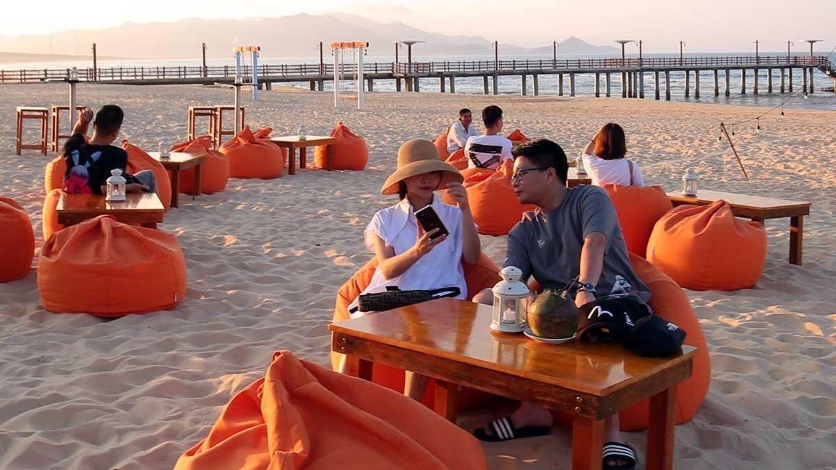 Toạ lạc trên những bãi biển lộng gió thuộc hai quần thể du lịch FLC Sầm Sơn và FLC Quy Nhơn, Aqua Chill Bar được xem là điểm đến mới hấp dẫn dành cho du khách trong mùa hè này. Đây là nỗ lực của quần thể trong việc mang đến trải nghiệm đa dạng dành cho du khách, đồng thời đáp ứng các yêu cầu đặc biệt về giãn cách đang rất cần được chú trọng. Nếu như Aqua Chill Bar Sầm Sơn thu hút du khách bởi hơi thở mùa hè bất tận và thực đơn hải sản đặc biệt thì Aqua Chill Bar Quy Nhơn lại mang đến ấn tượng độc đáo về những góc check-in ấn tượng dọc theo bờ biển dài hàng km của khu nghỉ FLC Quy Nhơn.