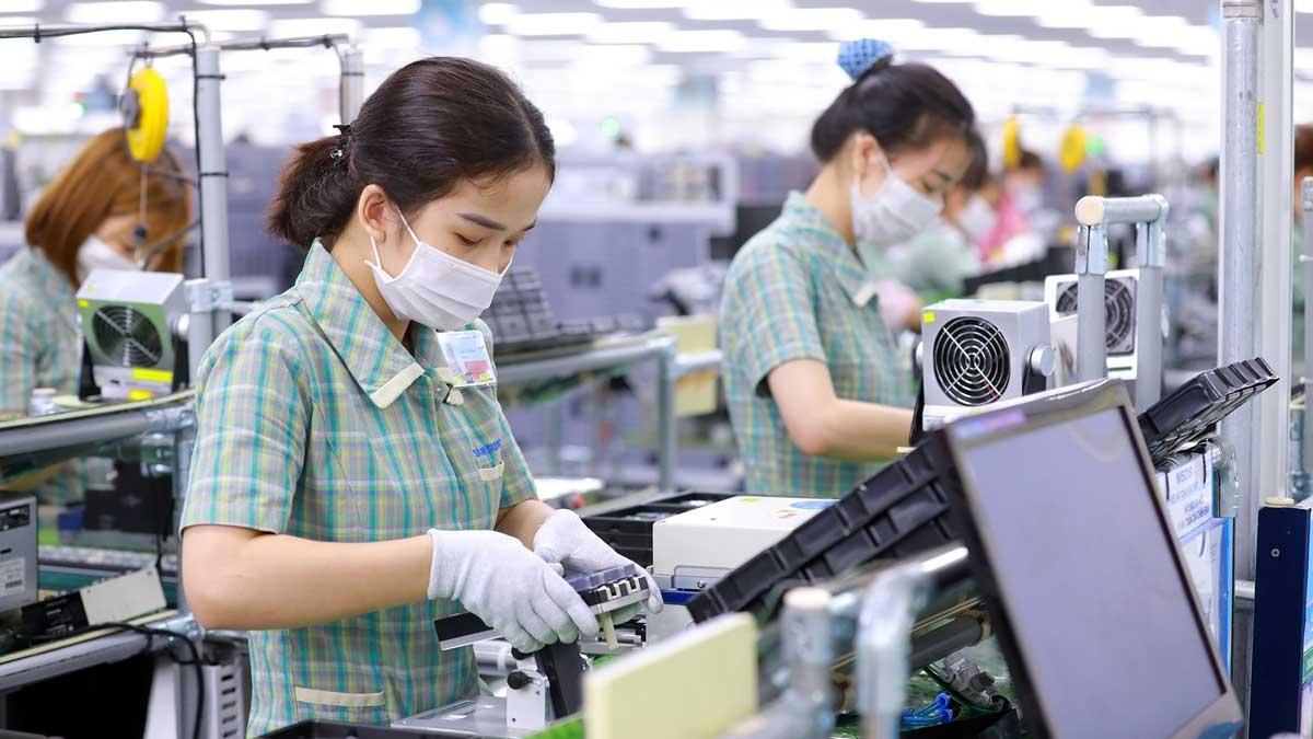 Khử trùng tại tất cả các khu vực trong nhà máy, đảm bảo giãn cách an toàn giữa các nhân viên.