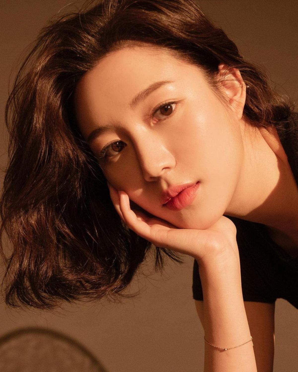 """Năm2020, danh tiếng của Lee Da In tăng lên đáng kể nhờ góp mặt trong bộ phim """"Alice"""" với vai phụ Kim Do Yeon đóng cùng Joo Won và Kim Hee Sun."""