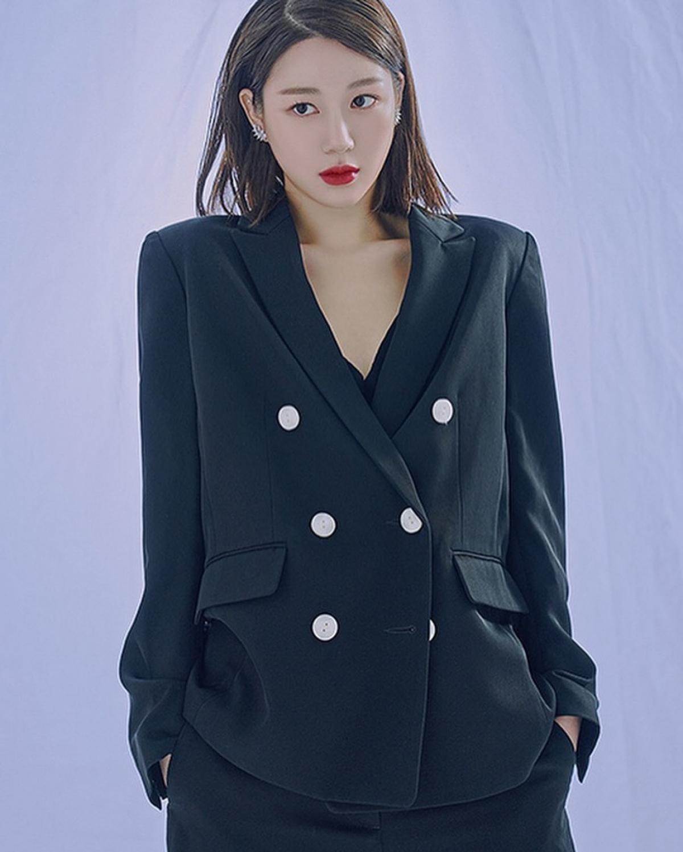 """Tuy nhiên sự nghiệp của Lee Da In khá khiêm tốn.Hiện, cô chỉ mới bỏ túi 8 bộ phim truyền hình, 2 bộ phim điện ảnh. Những tác phẩm cô từng góp mặt là """"Hwarang"""", """"My Golden Life"""", """"Come and Hug Me"""", """"Doctor Prisoner"""",..."""