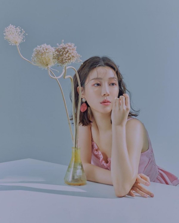 """Lớn lên, nối nghiệp gia đình, Lee Da In tốt nghiệp khoa Sân khấu điện ảnh Đại học Hanyang. Dù vậy, người đẹp 29 tuổi theo đuổi nghệ thuật thứ 7 khá muộn màng vào năm 2014 với bộ phim điện ảnh """"The Fatal Encounter"""" (Cuồng Nộ Bá Vương)."""